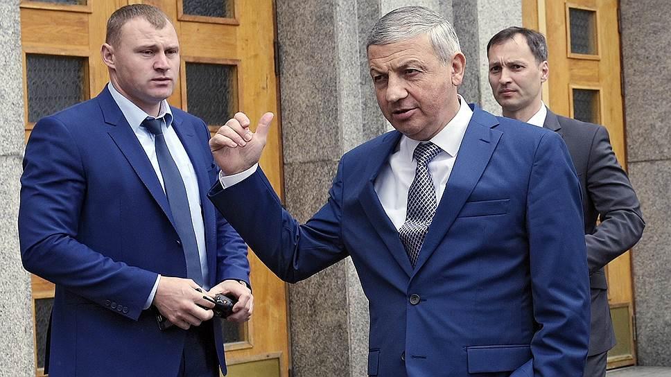 Вячеславу Битарову (в центре) Минфин пригрозил проблемами из-за чрезмерных трат региона