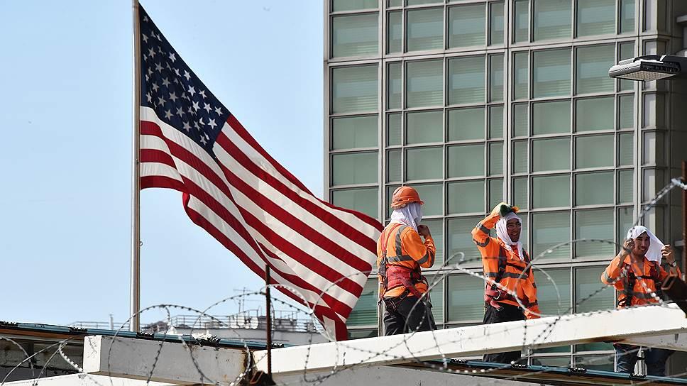 Для многих россиян путь в Америку (на фото — посольство США в Москве) теперь станет куда сложнее