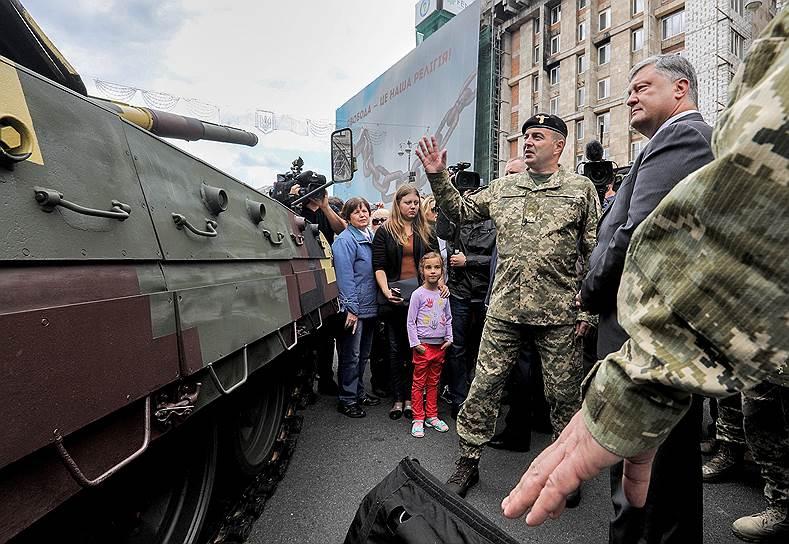 Накануне Дня независимости Украины президент Петр Порошенко проинспектировал военную технику и вооружения — прямо на улицах Киева