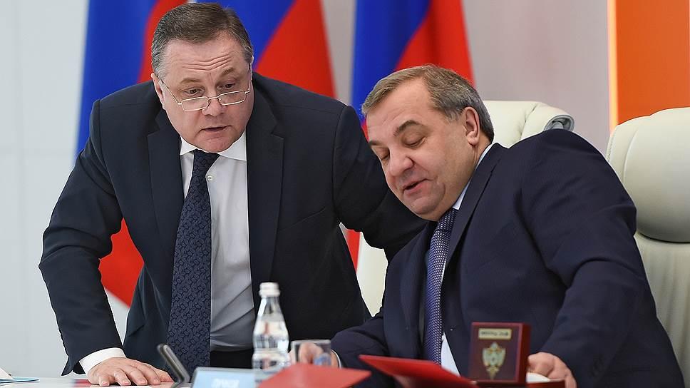 Бывший заместитель министра Владимира Пучкова и статс-секретарь МЧС РФ Владимир Артамонов (слева) не стал отрицать своей вины и возместил ущерб