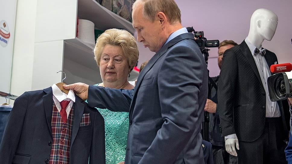 Владимир Путин слишком придирчиво рассматривал комплект новой школьной формы