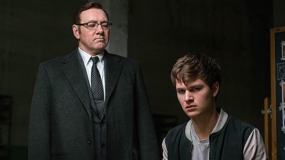 Шоферской виртуозностью главного героя (Энсел Элгорт, справа) пользуется криминальный авторитет Док (Кевин Спейси)