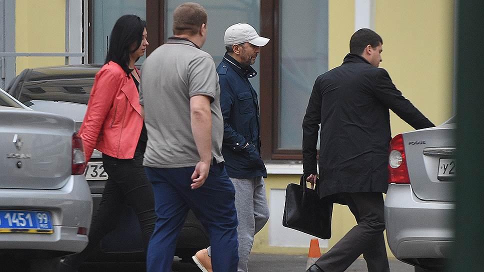 После завершения следственный действий Умар Джабраилов (в бейсболке) был отпущен под подписку о невыезде