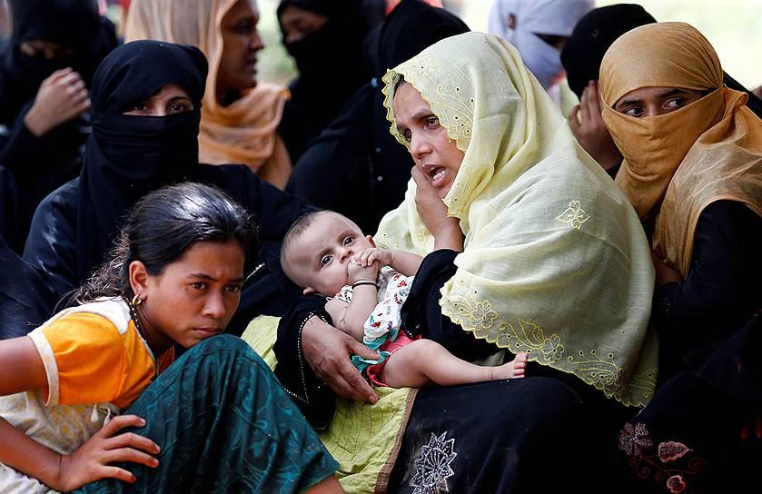 На нейтральной территории между Мьянмой и Бангладеш собралось уже около 30 тыс. беженцев из числа мусульман-рохинджа