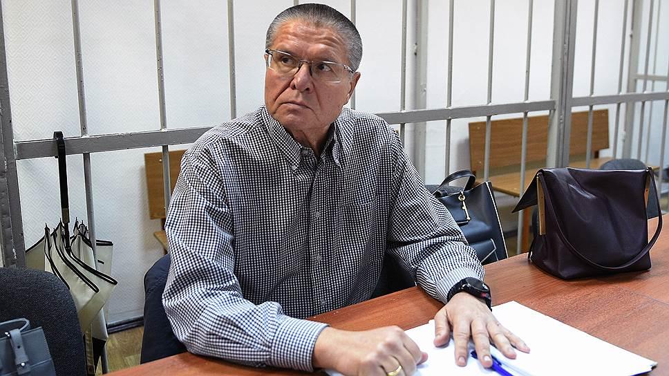 Судя по документам, обнародованным в суде, господин Улюкаев получил в «Роснефти» сумку долларов и корзинку с колбасой
