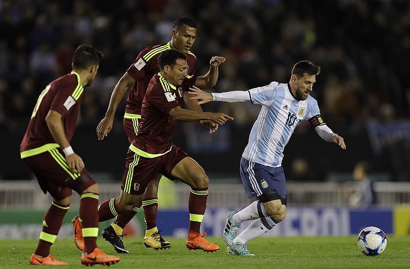 Обладая блестящей линией атаки во главе с Лионелем Месси (справа), аргентинцы в нынешнем отборочном цикле не могут справиться даже с командами уровня венесуэльской