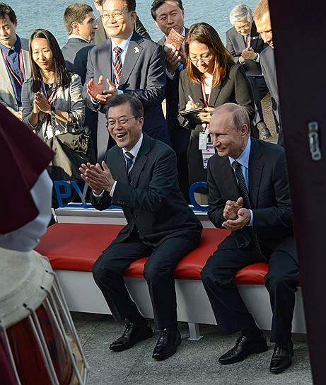 Президент России Владимир Путин (справа) и президент Республики Корея Мун Чжэ Ин
