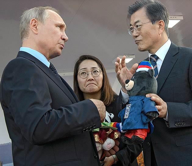 Корейская переводчица переживала, понравятся ли Владимиру Путину плюшевые подарки, гораздо больше своего президента