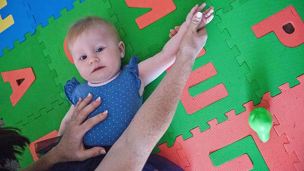 Во время болезненных процедур Даша кричала и отмахивалась здоровой рукой. Синяки не проходили неделями