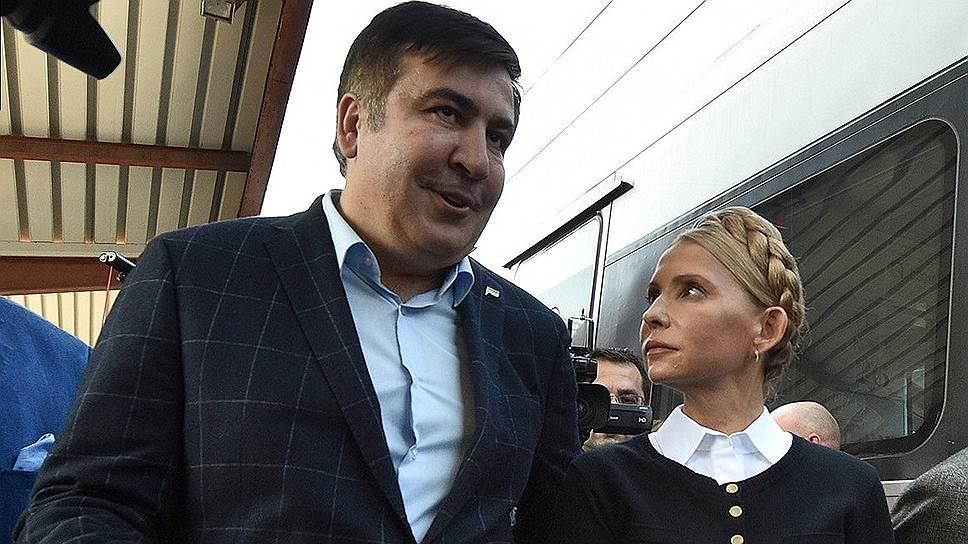 Михаил Саакашвили и его соратники (справа: лидер партии «Батькивщина» Юлия Тимошенко) несколько раз меняли свой маршрут из Польши на Украину