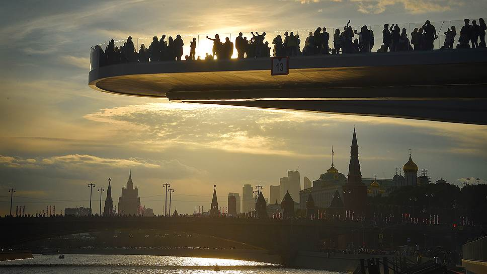 Главный кунштюк парка — вылетающий углом над водой Парящий мост