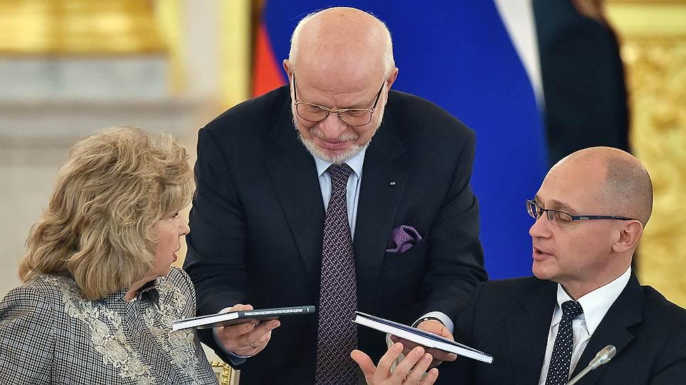 Михаил Федотов (в центре) собрал материалы для докладов президенту о соблюдении прав человека на митингах и на выборах