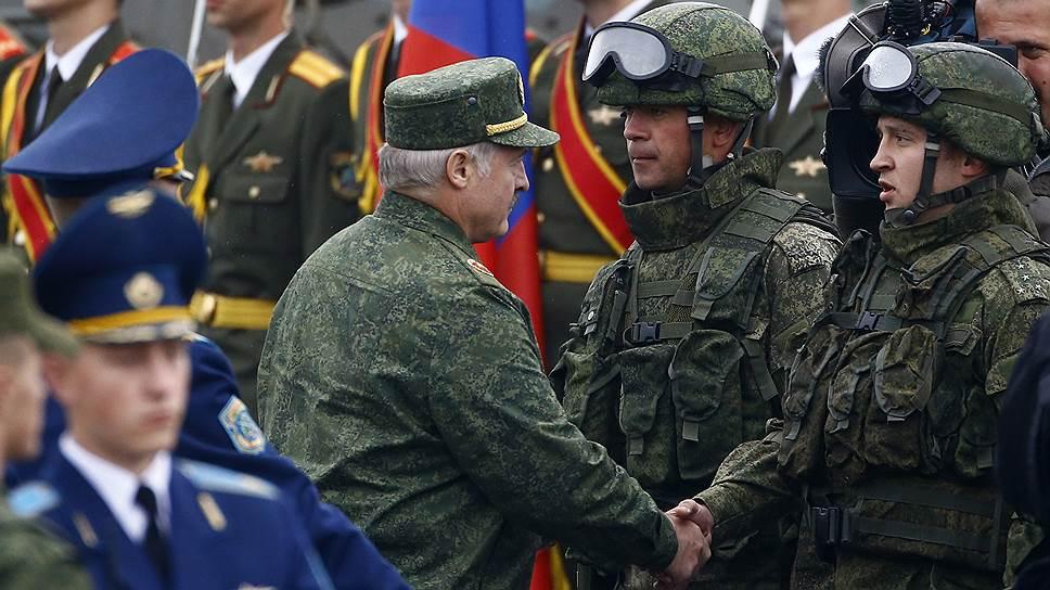 Александр Лукашенко как ветеран учений 1981 года порадовался уровню боевого мастерства участников учений 2017 года
