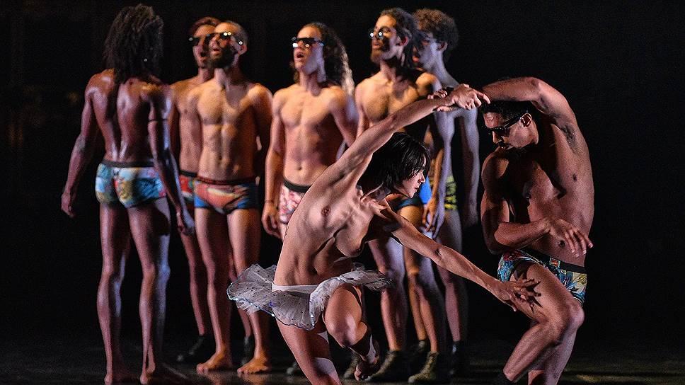 Язык кубинского пластического искусства таков, что эротическим саспенсом наполнено само пребывание артистов на сцене