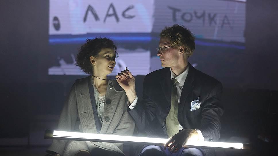 В этом спектакле Ларисе (Мария Смольникова) стоило бы бросаться на шею не Паратову, а Карандышеву (Максим Маминов)