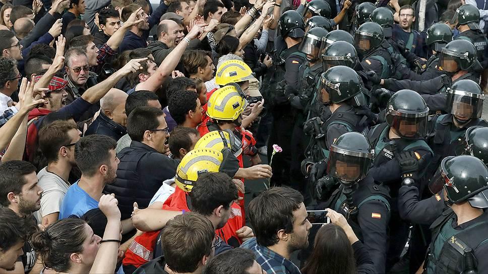 Как каталонский референдум перешел в столкновения с испанскими полицейскими