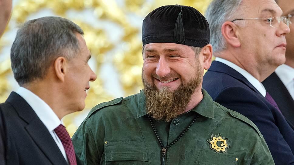 Глава Чечни Рамзан Кадыров (в центре) и президент Татарстана Рустам Минниханов (слева) радовались встрече друг с другом так, как будто встретились с королем