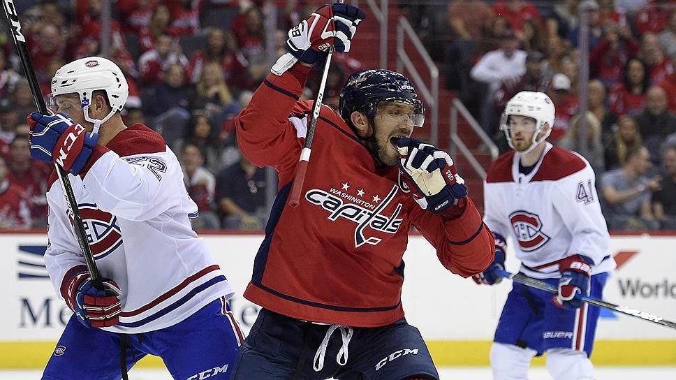 Забросив семь шайб в первых двух матчах регулярного чемпионата, Александр Овечкин (в центре) повторил рекорд НХЛ столетней давности