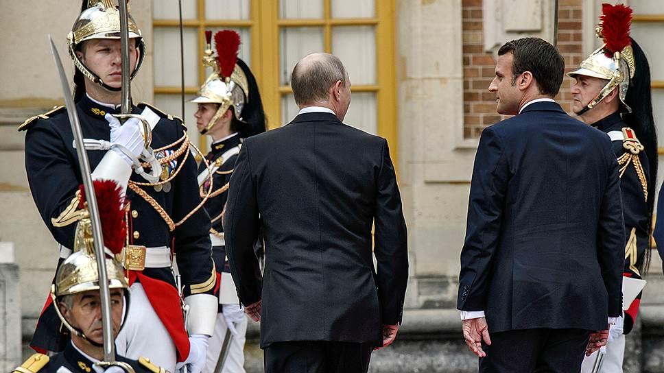 Президенты России и Франции Владимир Путин (слева) и Эмманюэль Макрон