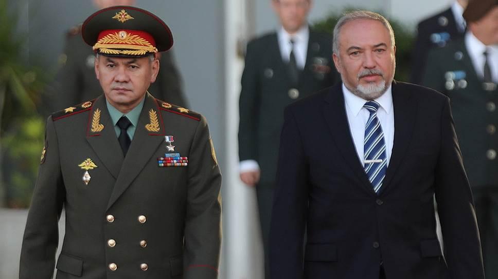 Сергей Шойгу (слева) впервые навестил министра обороны Израиля Авигдора Либермана