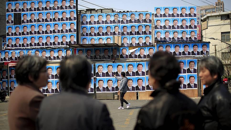 Будучи генсеком Компартии Китая с 2012 года, Си Цзиньпин (на плакатах) сумел в значительной степени консолидировать власть в своих руках