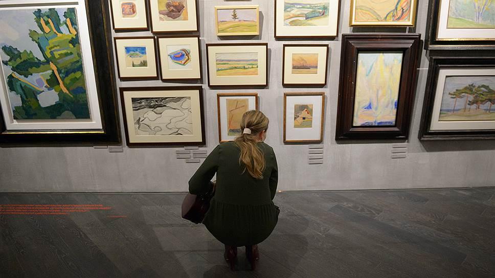 Плотная развеска, в несколько рядов, с этикетками на уровне колен,— напоминание о том, как выглядели выставки авангардистов в 1920-е годы