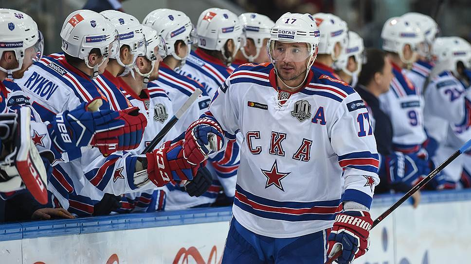 Лидер СКА Илья Ковальчук (№17) в матче с ЦСКА забросил три шайбы и сделал результативную передачу