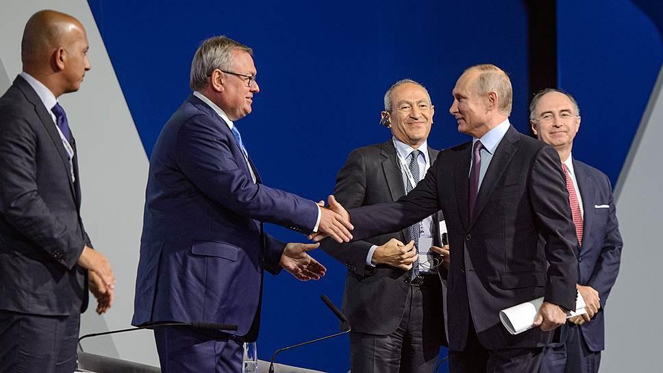Президент Владимир Путин поблагодарил главу ВТБ Андрея Костина за возможность публичного подтверждения — Россия зовет инвесторов на неизменных налоговых условиях