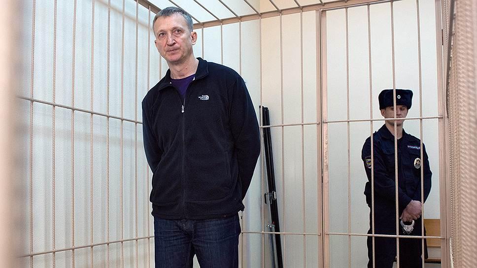 В бытность руководителем следственного управления Сергей Калинкин, по данным правоохранителей, незаконно получил две дорогостоящих иномарки от бизнесмена