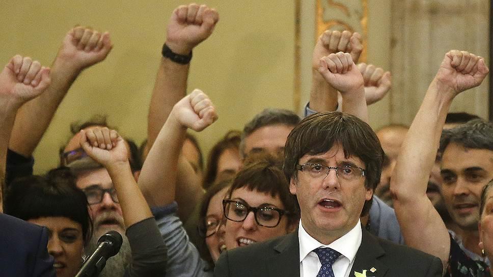 Соратники каталонского лидера Карлеса Пучдемона (на переднем плане) дружно поддержали резолюцию о независимости — но Мадрид так и не убедили