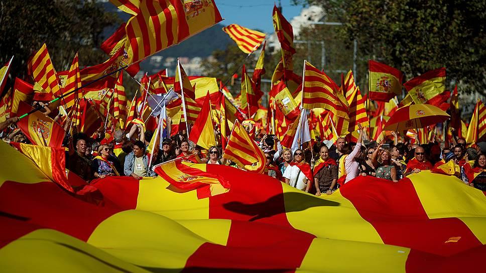 Выйдя на улицы Барселоны, сторонники единой Испании были полны решимости доказать, что Карлес Пучдемон представляет не всю Каталонию