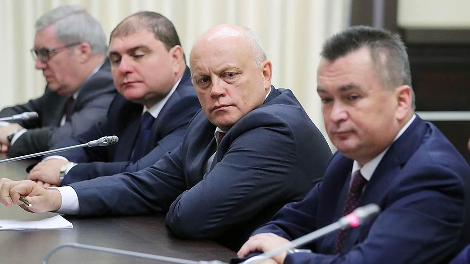 Владимир Путин попросил ушедших губернаторов помогать новичкам