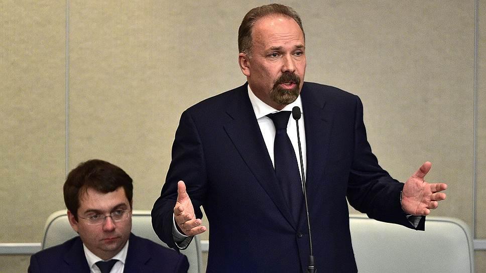 Глава Минстроя Михаил Мень (справа) и его заместитель Андрей Чибис хотели успокоить губернаторов, расширив их права распоряжаться активами в ЖКХ, но напугали частных инвесторов