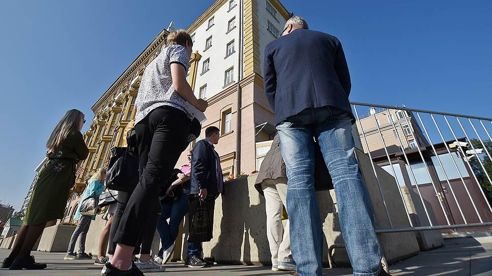 Проход граждан России к американскому посольству будет теперь происходить под бдительным присмотром граждан России