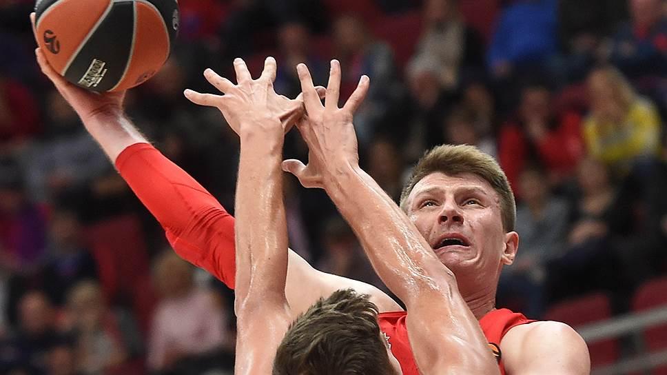 Несмотря на упорное сопротивление «Валенсии», баскетболисты ЦСКА (с мячом Андрей Воронцевич) разгромили испанский клуб с разницей 27 очков
