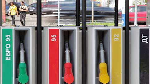 Бензин покраснел на бирже // ФАС уговорила топливо подешеветь