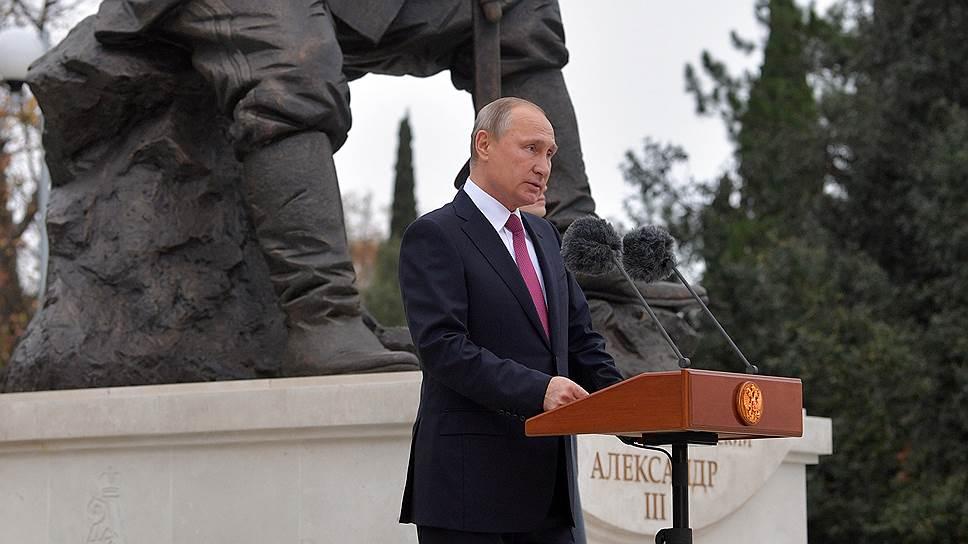 Владимир Путин появился на открытии памятника не раньше, чем надо. Но главное — не позже