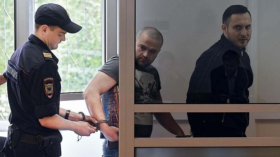 Защите Карена Краюхина (в центре) и Влада Новикова (справа) удалось добиться вызова в суд свидетеля, на показания которого адвокаты серьезно рассчитывают