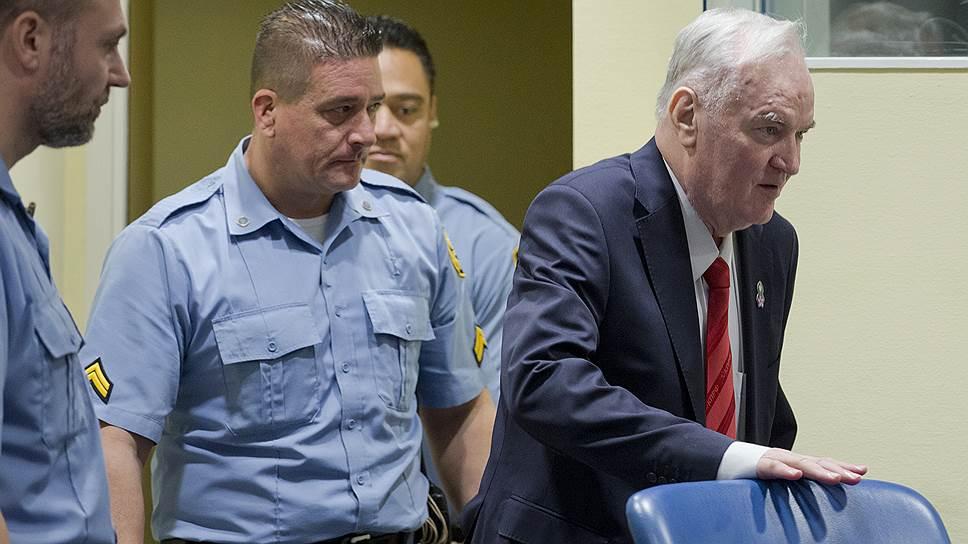В суде у Ратко Младича (справа) резко поднялось давление, но чтению приговора это не помешало: экс-командующего армией боснийских сербов приговорили к пожизненному заключению