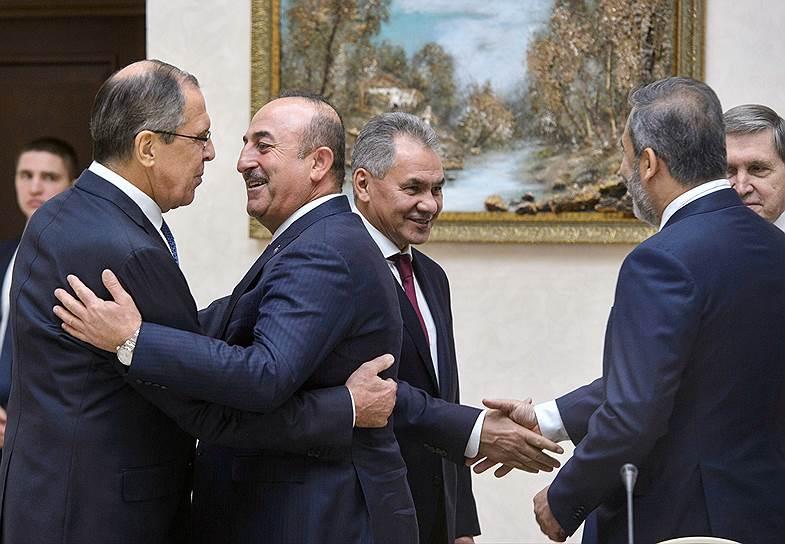 Члены российской делегации приветствовали коллег (на переднем плане — министр иностранных дел Турции Мевлют Чавушоглу) как родных, а расставались — как с чужими (за кадром)