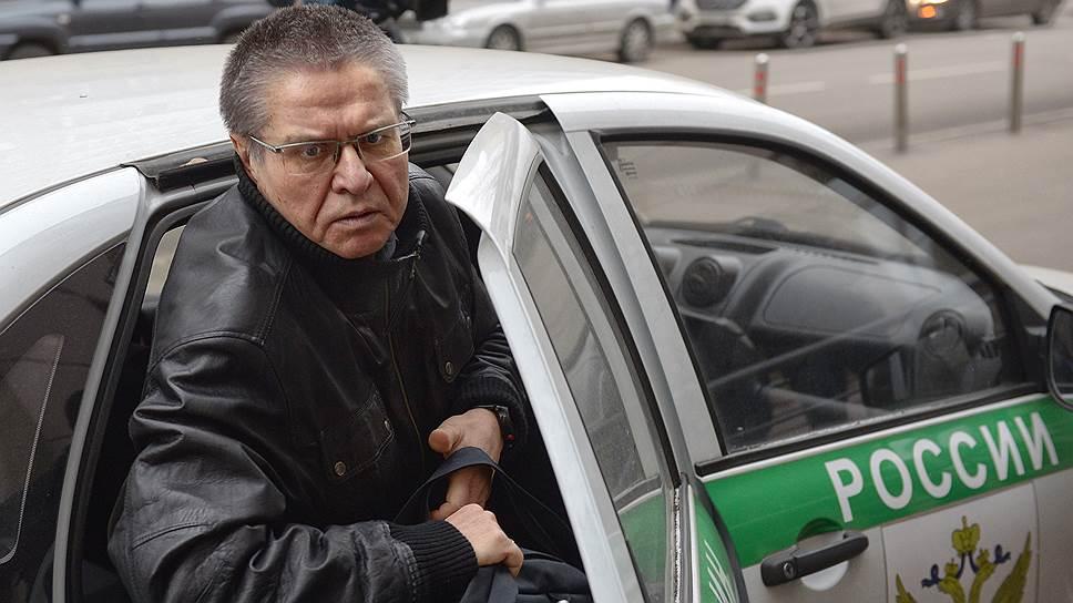 Алексей Улюкаев настаивает, что ждал от Игоря Сечина подарка, а не взятки
