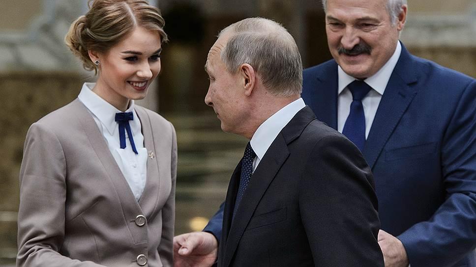 Владимир Путин оказался единственным из глав государств ОДКБ, кто не просто слепо последовал за предложенной девушкой, а сначала крепко пожал ей руку