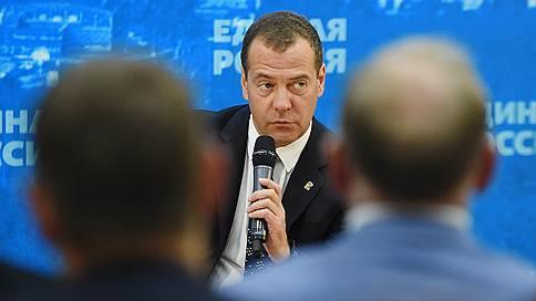 Депутаты оказались между партийной и думской дисциплиной // Первый день съезда единороссы проведут вместе с Дмитрием Медведевым