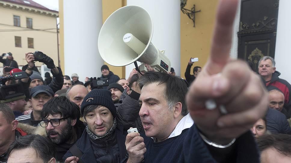 За несколько часов из узника совести Михаил Саакашвили превратился в революционера, собирающего митинг под стенами Рады