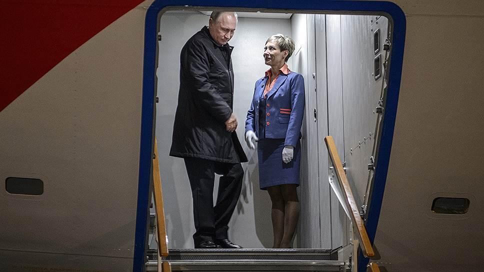 Владимир Путин вышел из самолета в аэропорту Анкары не как обычно, по трапу, а почему-то из запасного выхода