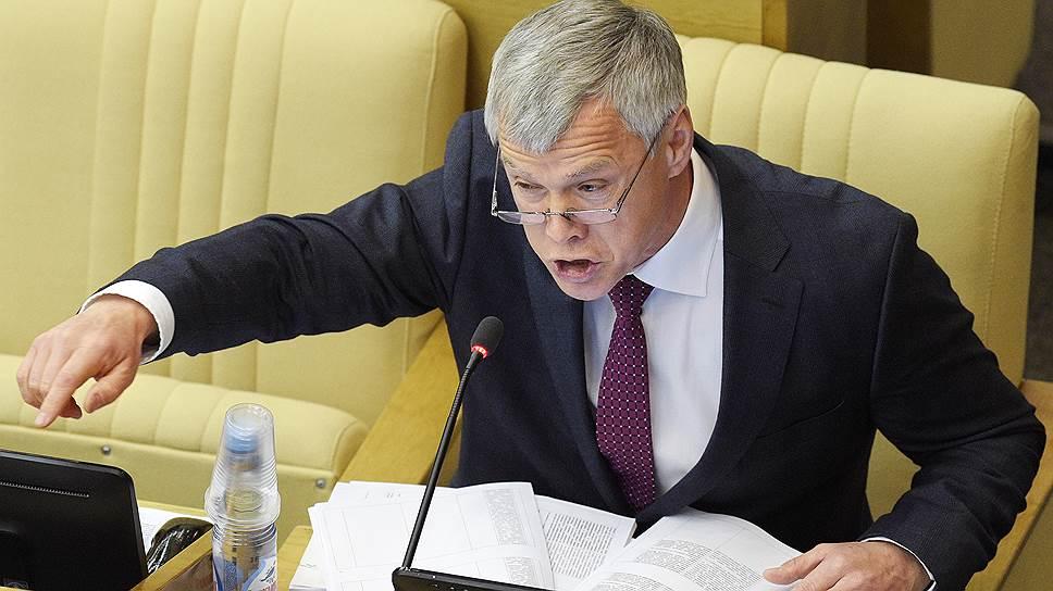 На лазейку, позволяющую госкомпаниям обходить закупочное законодательство, Минфину указал первый зампред комитета Госдумы по экономполитике Валерий Гартунг