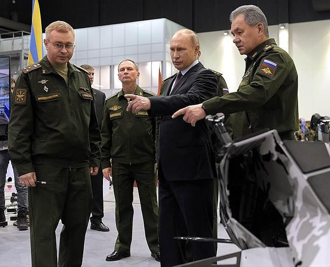Президент России Владимир Путин (в центре) и министр обороны России Сергей Шойгу (справа)