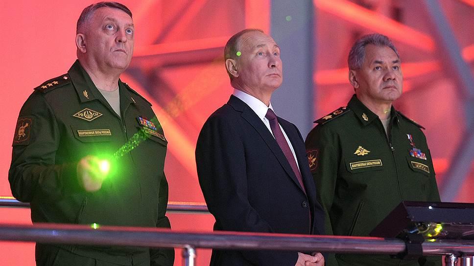 Слева направо: командующий Ракетными войсками стратегического назначения (РВСН) Сергей Каракаев, президент России Владимир Путин и министр обороны России Сергей Шойгу