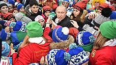 Владимир Путин в окружении детей чувствовал себя то ли стеснительно, то ли стесненно
