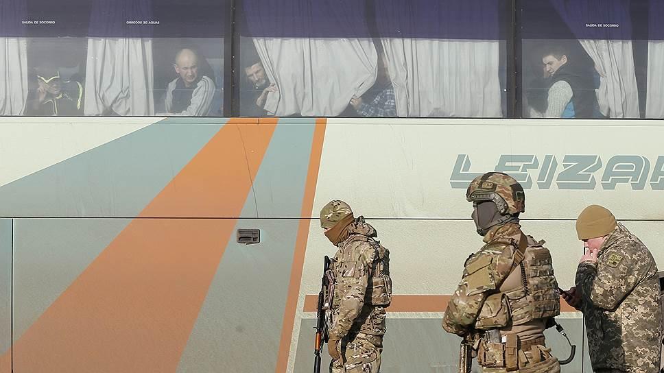 """Как стороны конфликта в Донбассе обменялись """"заложниками"""""""